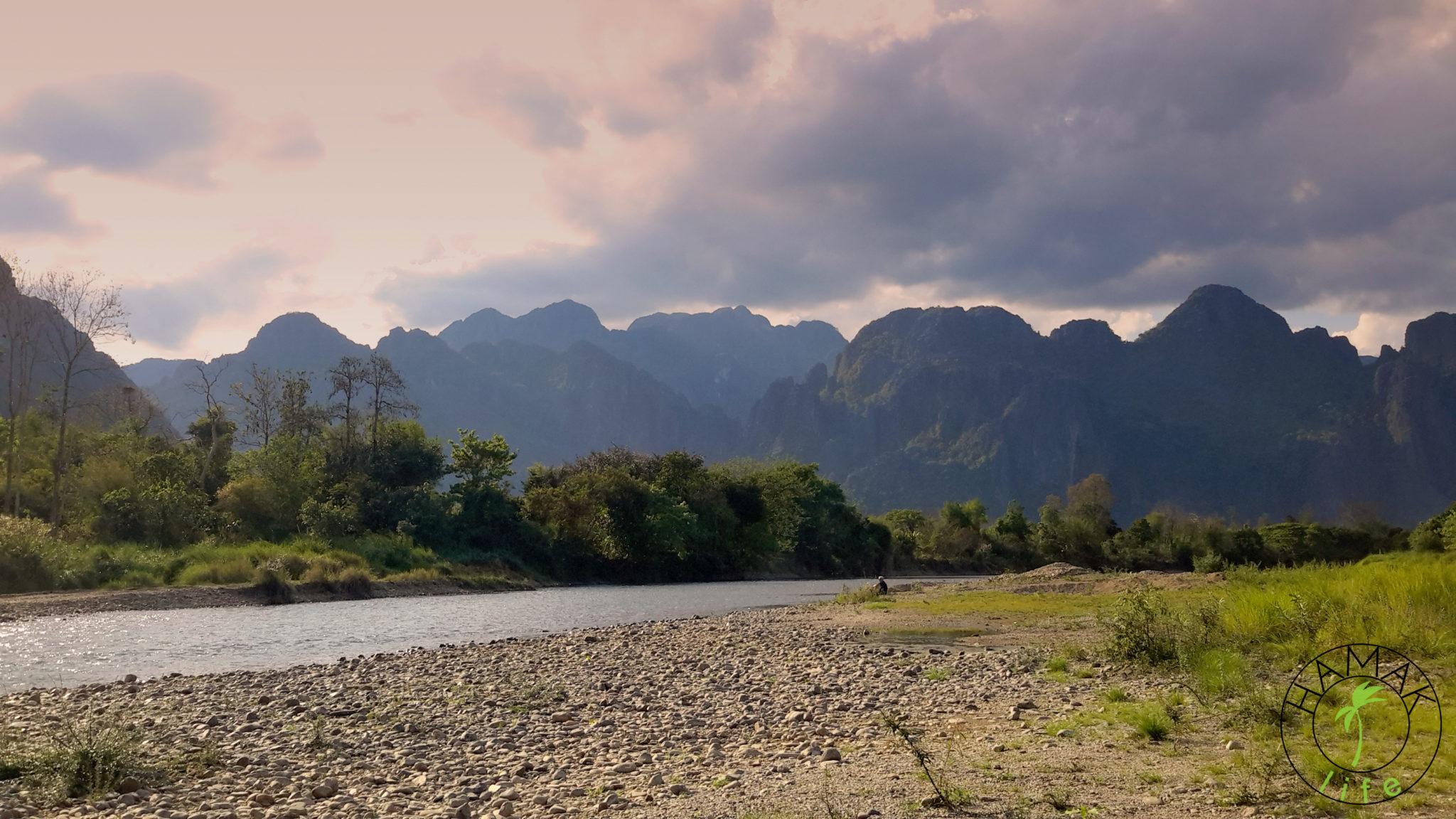 Krajobraz górski w Vang Vieng w Laosie