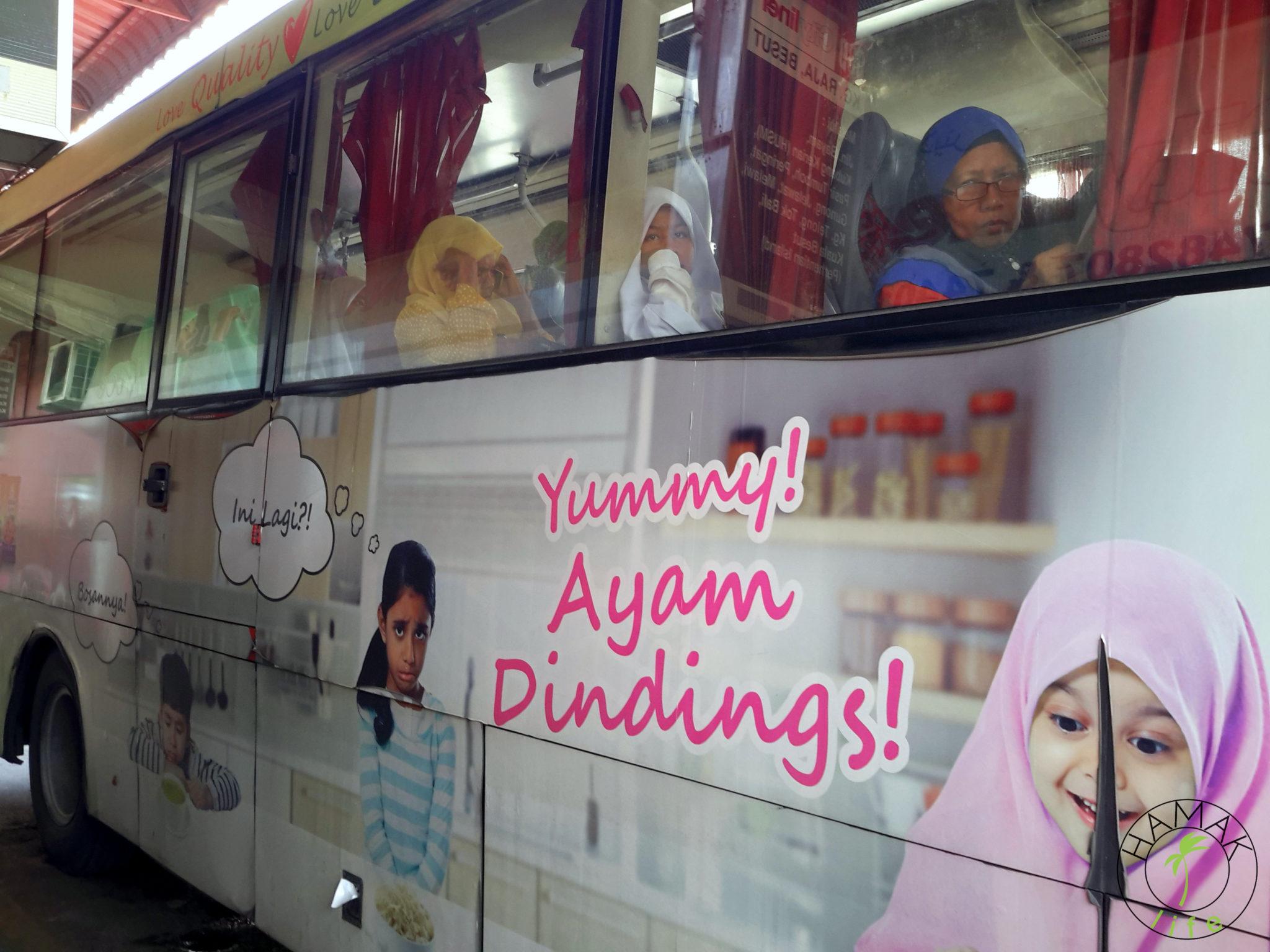 Autobus na dworcu w Kota Bharu. Islam po malezyjsku.