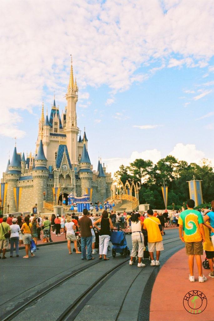 Disneyland w Orlando prawie jak ambasada amerykańska na Pięknej 12. Wiza do USA to przepustka do królestwa Myszki Miki.