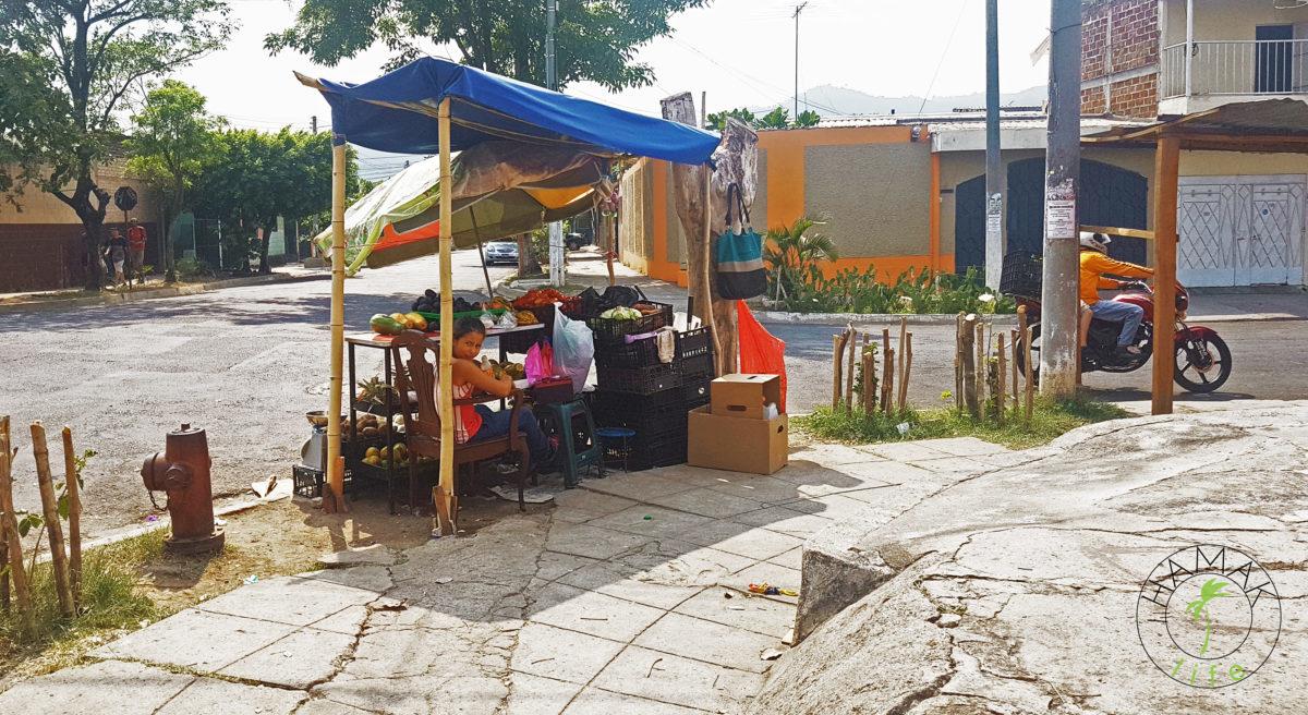 Salwador stragan uliczny. W takich miejscach można często kupić agaus frescas.