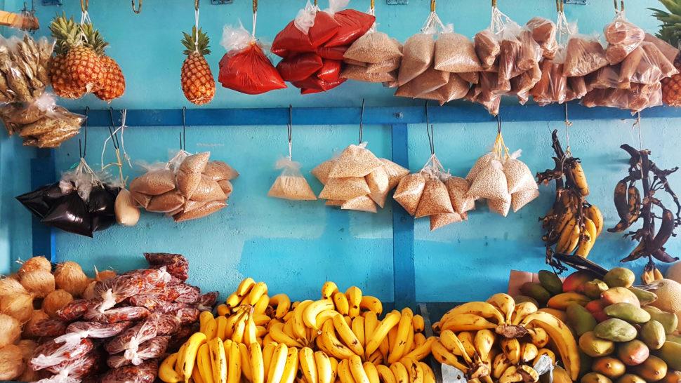 Warzywniak w Meksyku. Przed takim sklepem często stoi stolik z napojami. Może tam również kupić aguas frescas.